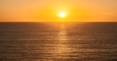 sunset-ocean-timelapse-the-sun-setting-or-rising-above-the-ocean-on-a-mostly-clear-day-with-minimal-clouds_nwmy0owhl__f0000